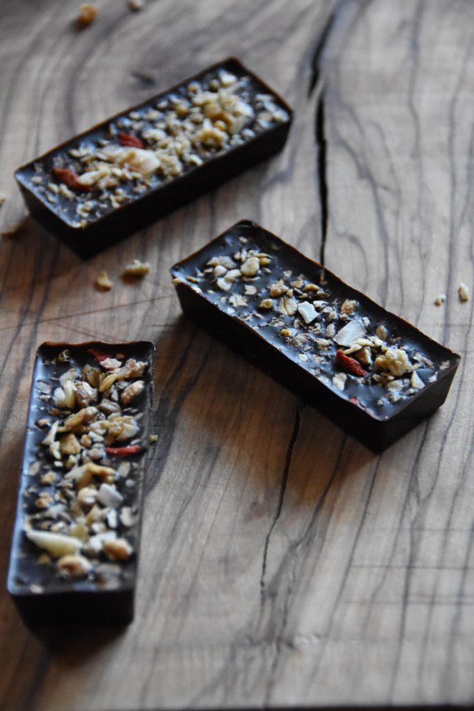 Barrette di cioccolato fondente con cereali e frutta secca