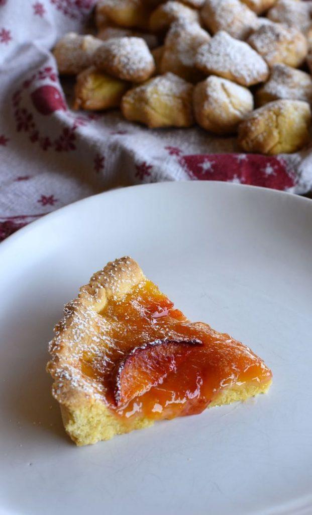 crostata con marmellata di agrumi, zenzero e pesche fresche