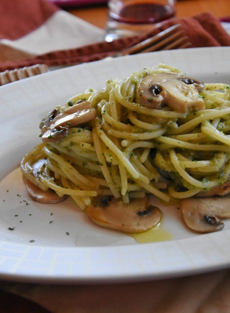 spaghetti in salsa di broccoli e funghi