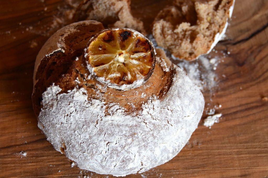 Pane con farina di segale aromatizzato al limone e lievitazione naturale